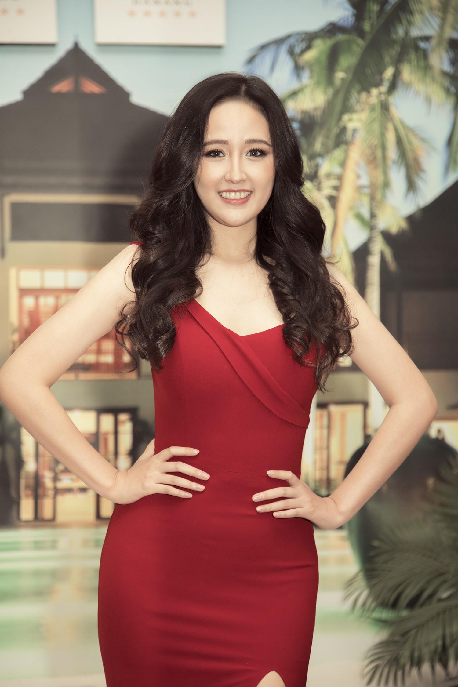 Hoa hậu Mai Phương Thúy gợi cảm khoe vai trần với đầm đỏ - Hình 3