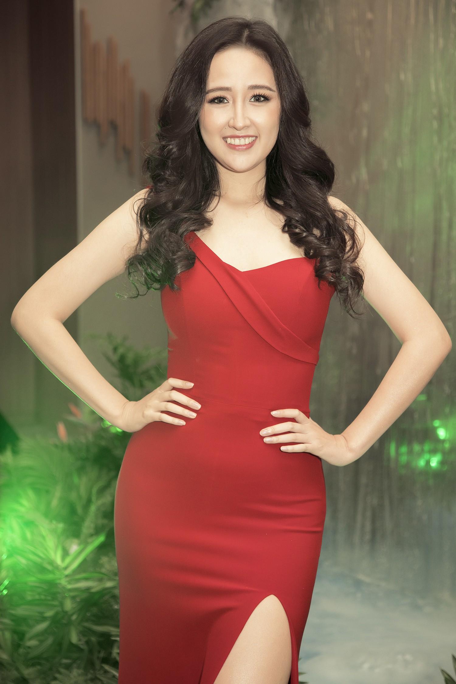 Hoa hậu Mai Phương Thúy gợi cảm khoe vai trần với đầm đỏ - Hình 2