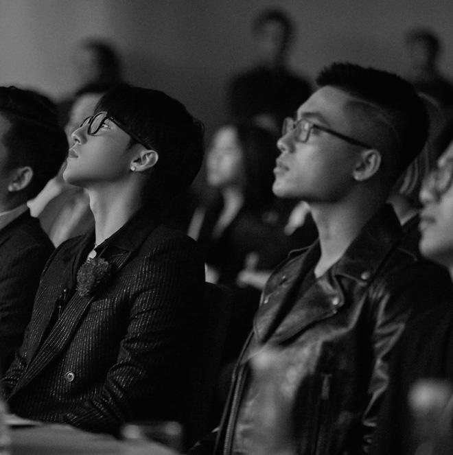 Khung hình cực phẩm gây sốt: Chủ tịch Sơn Tùng ngồi bên cậu em trai ngày càng ngầu và soái Việt Hoàng, nhìn là mê! - Hình 2