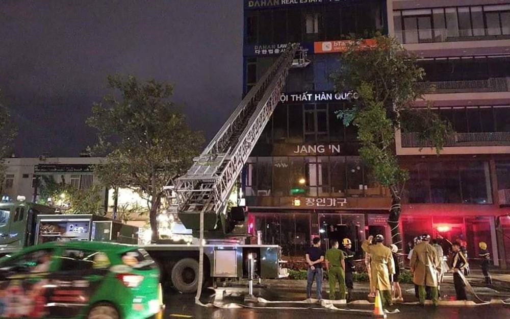 Cháy cửa hàng nội thất ở Đà Nẵng, 6 nhân viên thoát chết - Hình 1