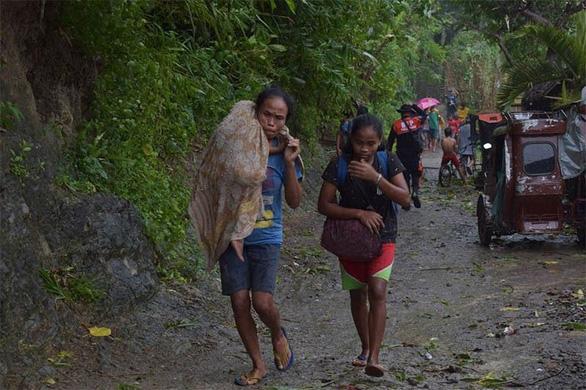 Người Philippines bồng bế chạy siêu bão Kammuri, SEA Games hồi hộp - Hình 1
