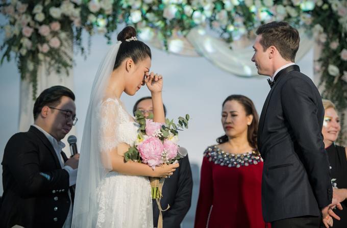 Vợ chồng Hoàng Oanh nắm tay đi dạo trước hôn lễ - Hình 8