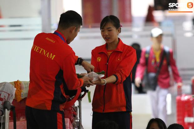 Xe buýt lại đến muộn, đoàn VĐV Việt Nam tranh thủ mở đồ ăn đánh chén ngay tại sân bay sau chuyến đi hú hồn - Hình 2