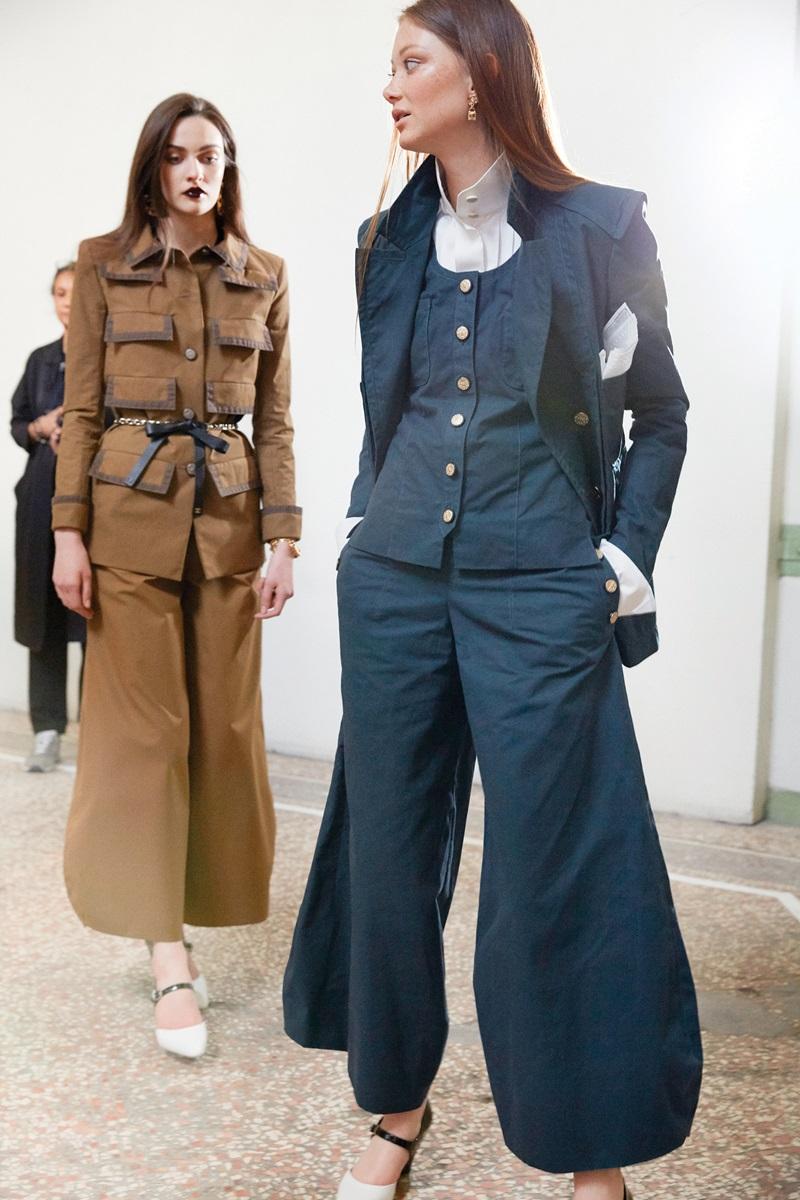 Tự tin sải bước xuống phố trên những đôi giày hai tông màu của Chanel - Hình 4