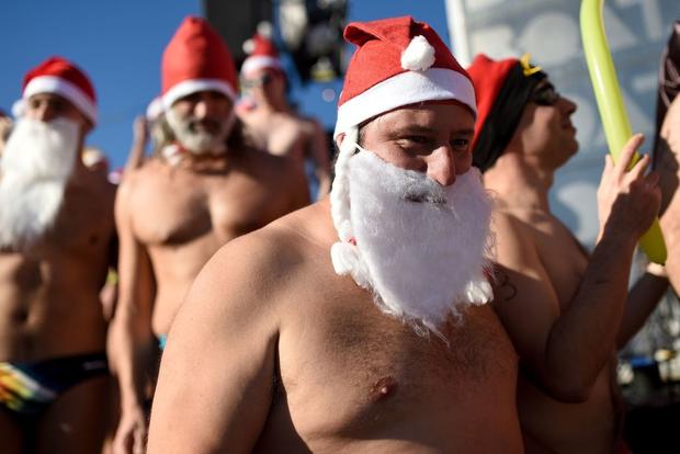 Lạ lùng giải đấu thể thao dịp Giáng sinh: Cosplay từ ông già Noel đến Darth Vader để rồi phải bơi thục mạng trong làn nước lạnh giá - Hình 1