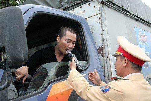 Cảnh sát giao thông mạnh tay xử lý ma men dịp Tết - Hình 1