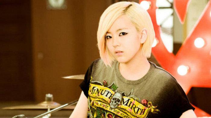 Dù đã rời AOA nhưng Youkyung vẫn ủng hộ ca khúc mới của nhóm khi biến hóa Come See Me thành...nhạc rock - Hình 2