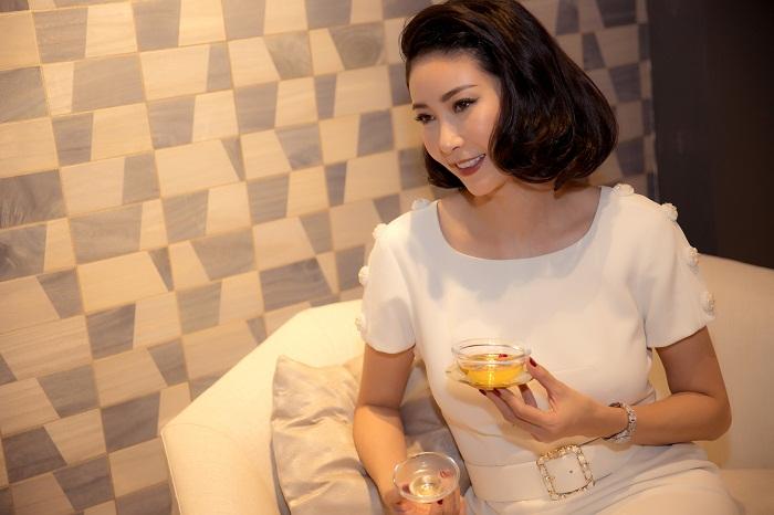 Hoa hậu Hà Kiều Anh xuất hiện quyến rũ với đồ trắng - Hình 4