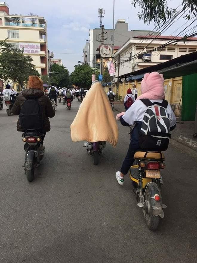 Muôn kiểu 'ứng phó' thời tiết lạnh giá mùa đông của học sinh: Đem chăn bông vào lớp, quấn khắp người khi đạp xe - Hình 2