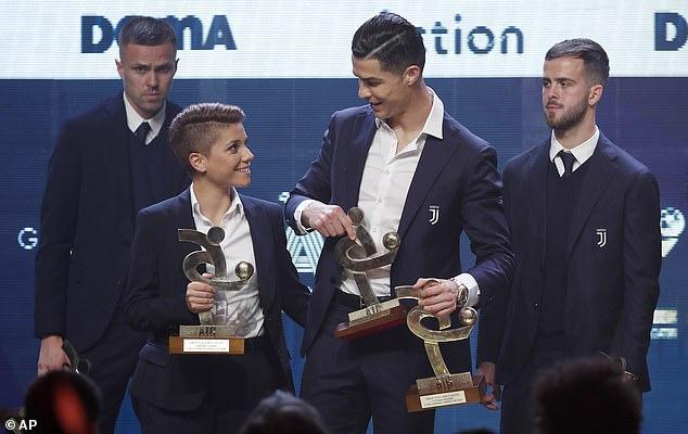 Ronaldo giành cú đúp danh hiệu khi Messi có Quả bóng Vàng - Hình 1