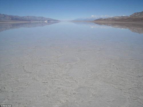 Vùng đất chết chóc nhất trái đất bất ngờ có hồ nước - Hình 1