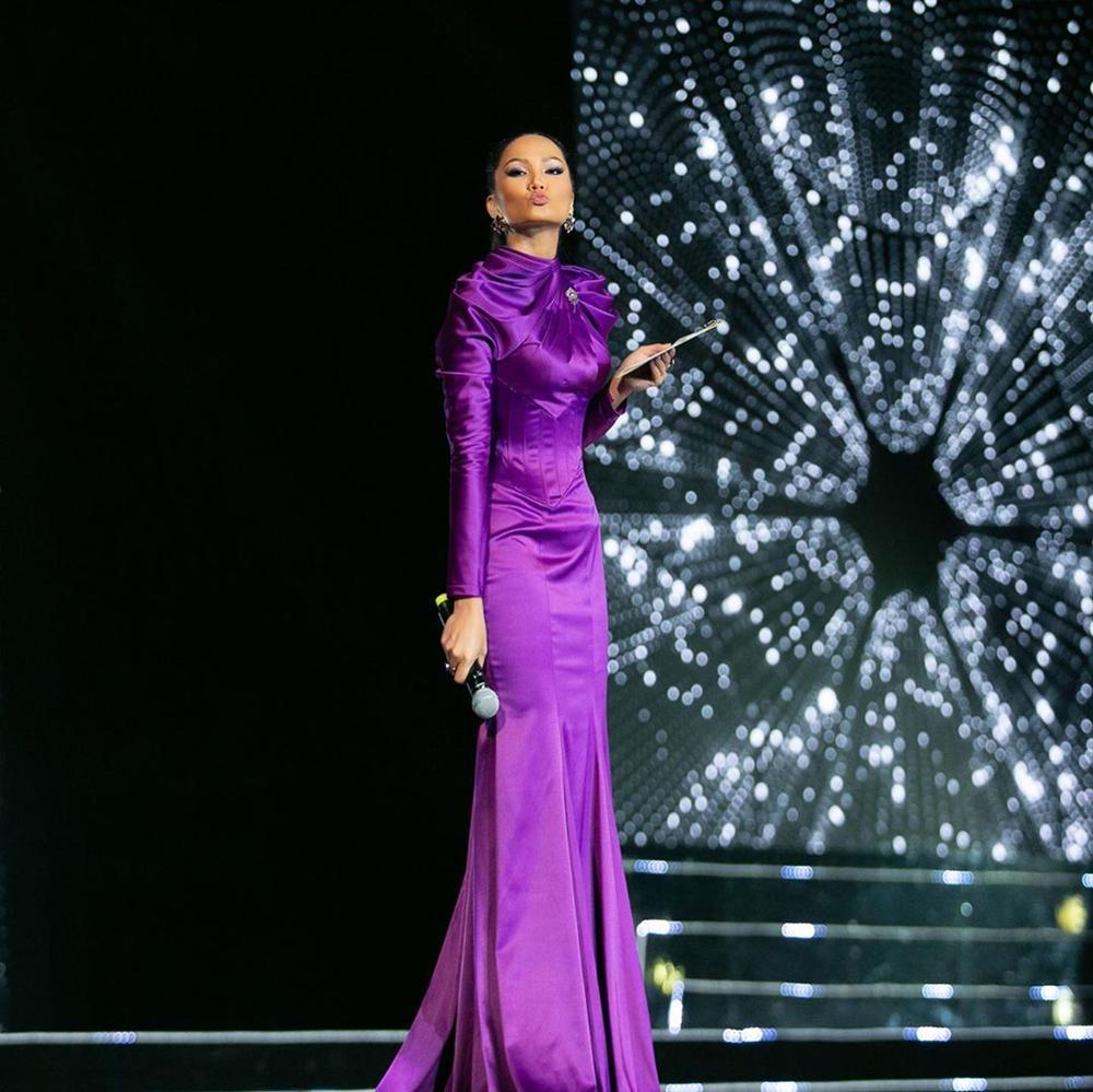 Chi tiết thú vị trên bộ đầm kín như bưng của HHen Niê khi làm host Hoa hậu Hoàn vũ Việt Nam 2019 - Hình 2