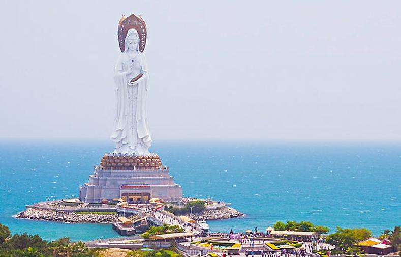 Choáng ngợp với tượng Quan Âm cao nhất thế giới đứng giữa biển - Hình 1