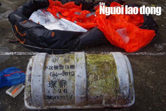 Phát hoảng khi chiếc phao bung ra từ vật lạ có chữ Trung Quốc dạt vào bờ biển - Hình 2