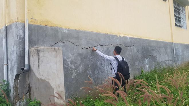 Trường mới xây 13,5 tỉ đồng đã xuống cấp - Hình 1