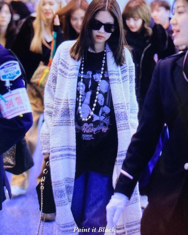 BLACKPINK đúng là nữ hoàng sân bay: Lisa xinh gì mà xinh thế, Jennie và Rosé thần thái như tổng tài - Hình 1