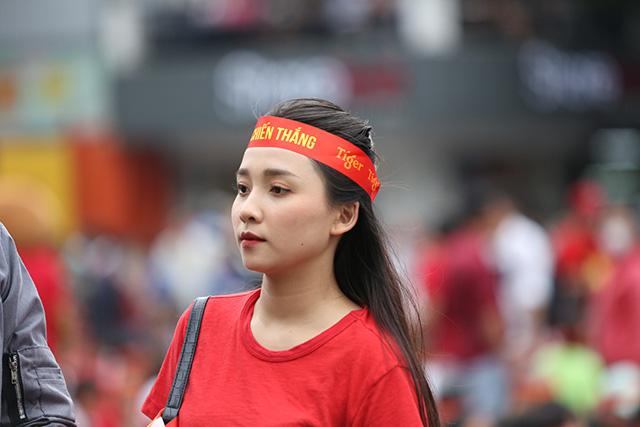 Bóng hồng khoe sắc trong ngày U22 Việt Nam đánh bại U22 Thái Lan - Hình 2