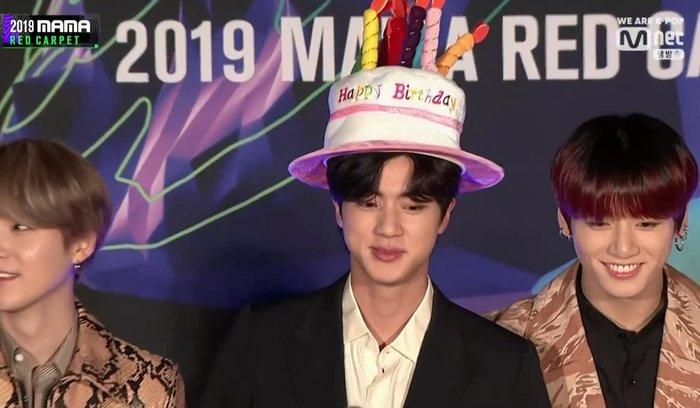 Chiếc mũ bánh sinh nhật của Jin (BTS) được đàn em Soobin (TXT) tận dụng trong ngày sinh nhật khiến các fan thích thú - Hình 6