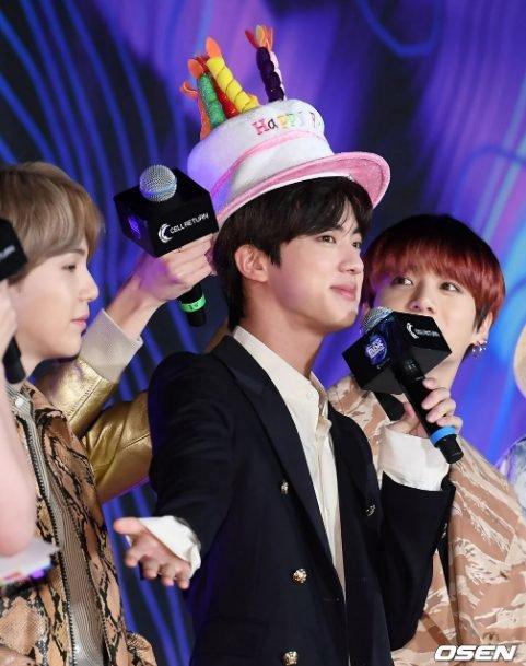 Chiếc mũ bánh sinh nhật của Jin (BTS) được đàn em Soobin (TXT) tận dụng trong ngày sinh nhật khiến các fan thích thú - Hình 3