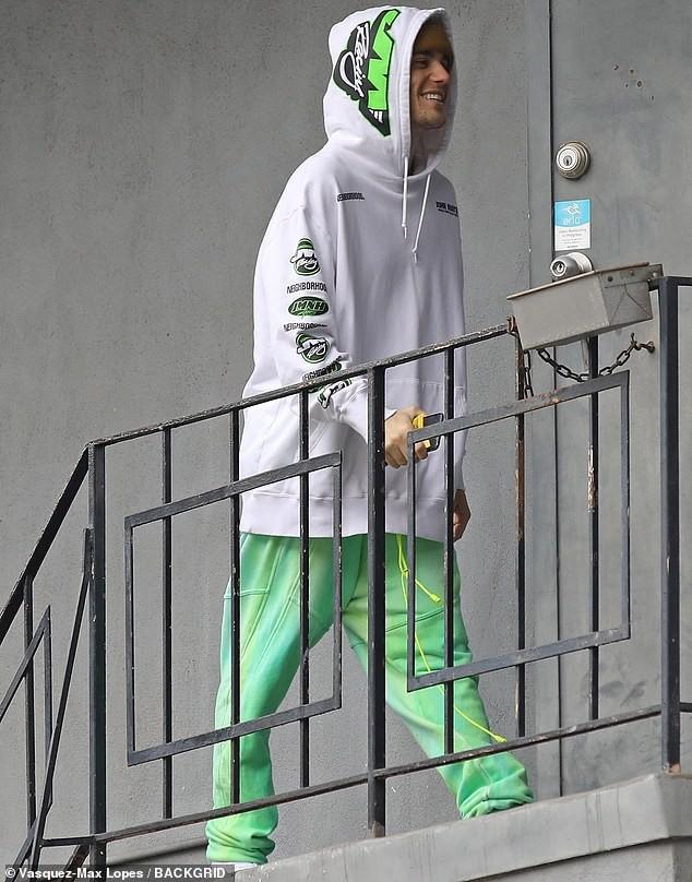 Vắng vợ trẻ, Justin Bieber tươi cười ra phố dạo chơi cùng bạn bè - Hình 1