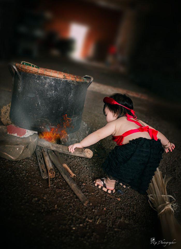 Bộ ảnh cô Tấm nhí nhóm củi, luộc bánh chưng khiến cư dân mạng bồi hồi: Tết sắp về thật rồi! - Hình 1