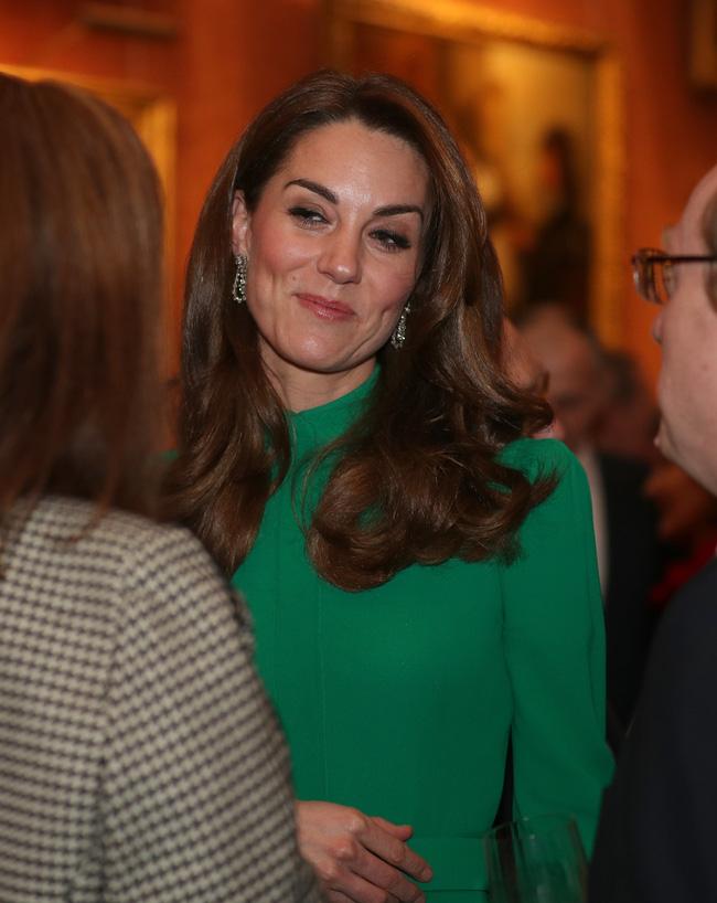 Không phải nữ nhân Hoàng gia nào cũng được dùng chung trang sức với Nữ hoàng Anh, nhưng cháu dâu Kate Middleton thì có - Hình 1
