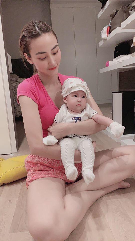 Ngân Khánh thích thú khi được bế công chúa đáng yêu của Lê Phương - Hình 1