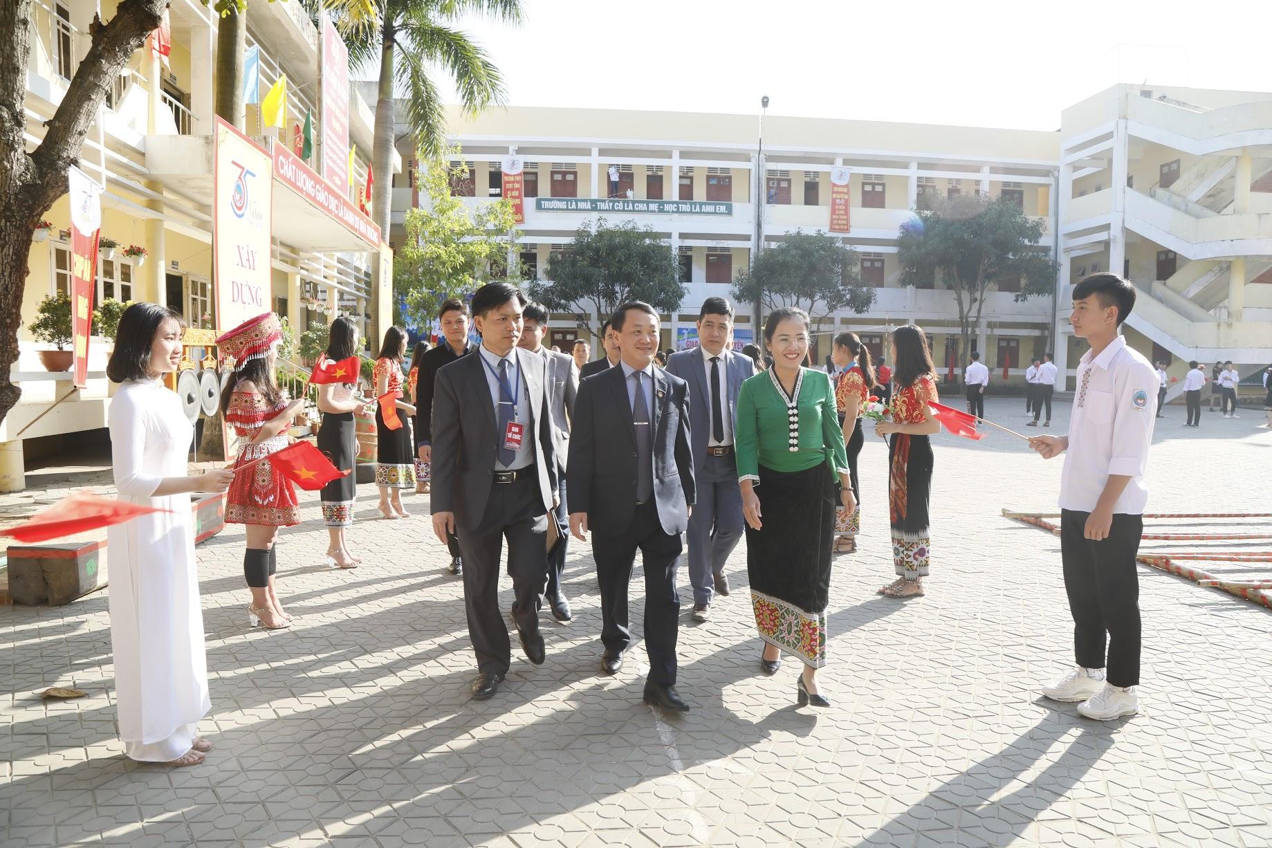 Phó Chủ tịch - Tổng Thư ký Hầu A Lềnh trao quà cho học sinh dân tộc nội trú tại Nghệ An - Hình 1