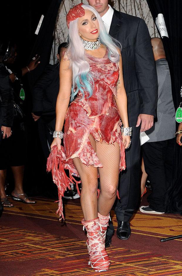 Biến căng: Billie Eilish thẳng thừng chê bai màn trình diễn huyền thoại của Lady Gaga, gọi chiếc váy thịt bò của cô là tầm thường! - Hình 1