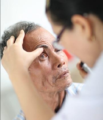 Biến chứng mắt do sốt xuất huyết nguy hiểm thế nào? - Hình 1