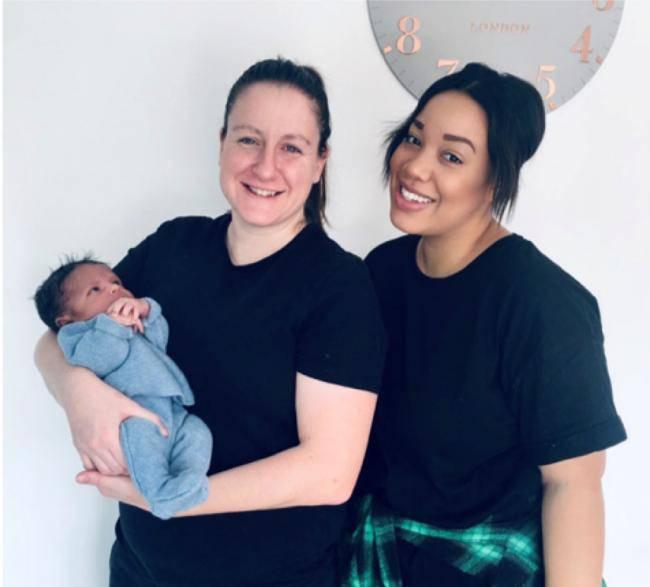Kỳ lạ em bé được sinh ra từ tử cung của cả 2 người mẹ đồng tính - Hình 1