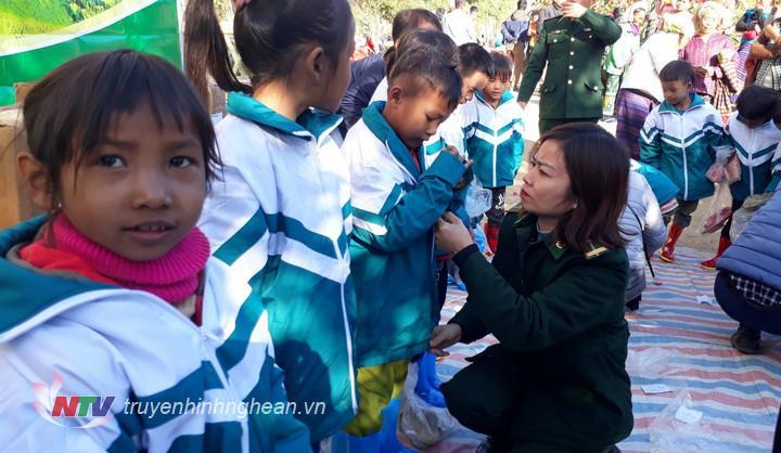 Tặng quà cho nhân dân và học sinh khu vực biên giới tỉnh Nghệ An - Hình 1