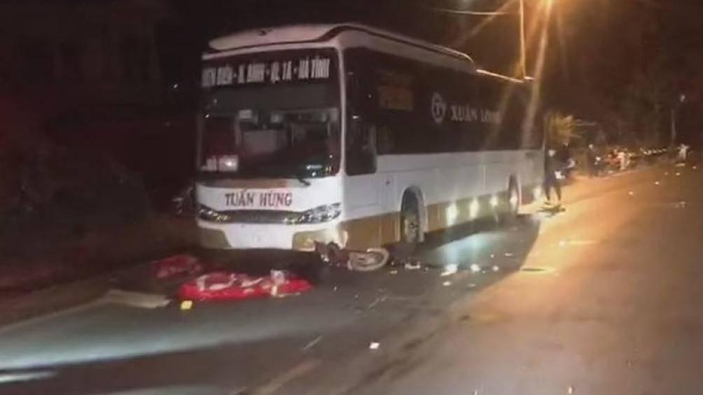 Trượt ngã rồi tông vào đầu xe khách, nam thanh niên 16 tuổi tử vong - Hình 1