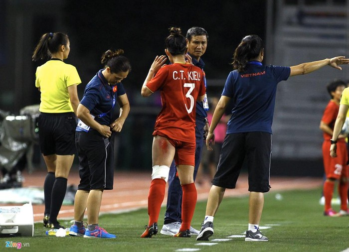 Chân rướm máu, cầu thủ nữ Việt Nam nén đau đá trận chung kết - Hình 1