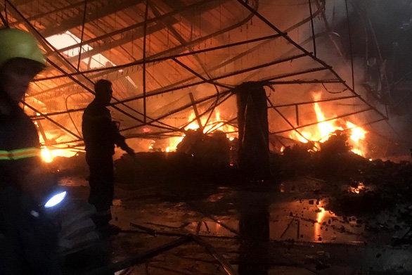 Đốt rác sau xưởng mùn cưa gây cháy rụi công ty sản xuất đồ gỗ 2.000m2 ở Bình Dương - Hình 1