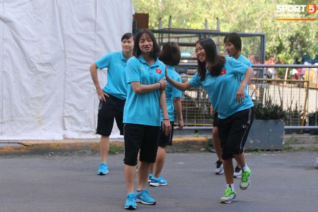 ĐT nữ Việt Nam cười tươi, thoải mái trước giờ đấu Thái Lan trong trận tranh huy chương vàng SEA Games 30 - Hình 1