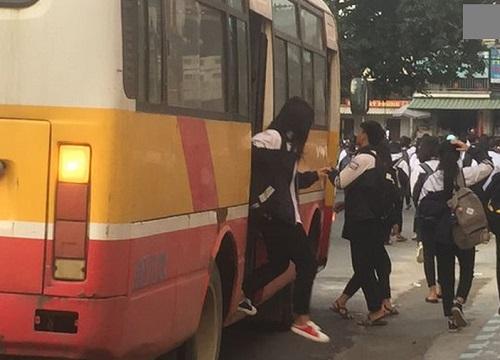 Gần 120 học sinh chen chúc trên xe bus 60 chỗ - Hình 1