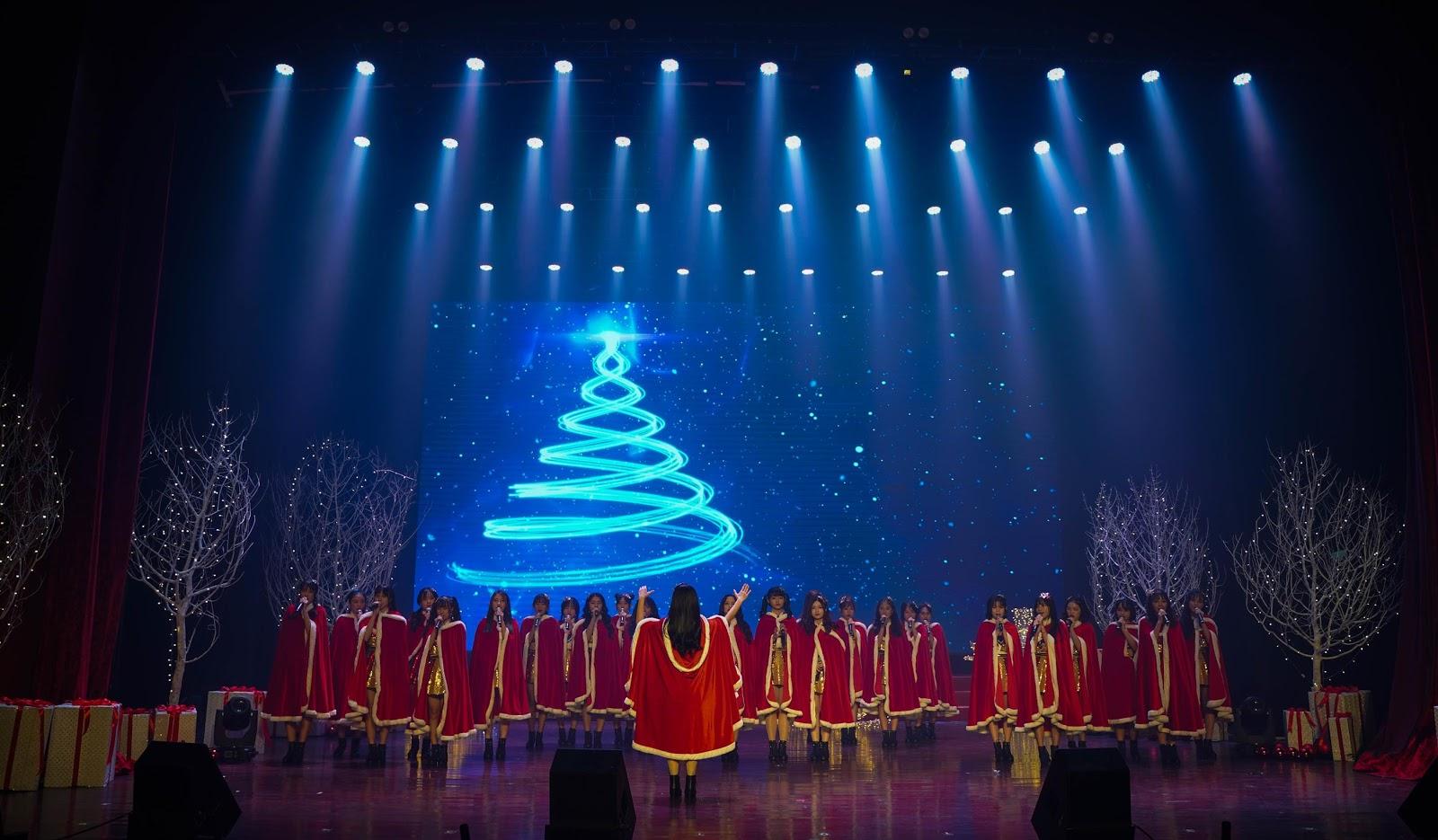 Nhóm nhạc con nhà giàu chiêu đãi fan bằng bữa tiệc âm nhạc giáng sinh, kỷ niệm 1 năm Debut tại Việt Nam - Hình 1