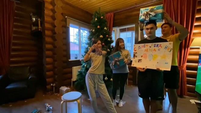 Yến Xuân thân thiết với gia đình Văn Lâm ở Nga - Hình 1