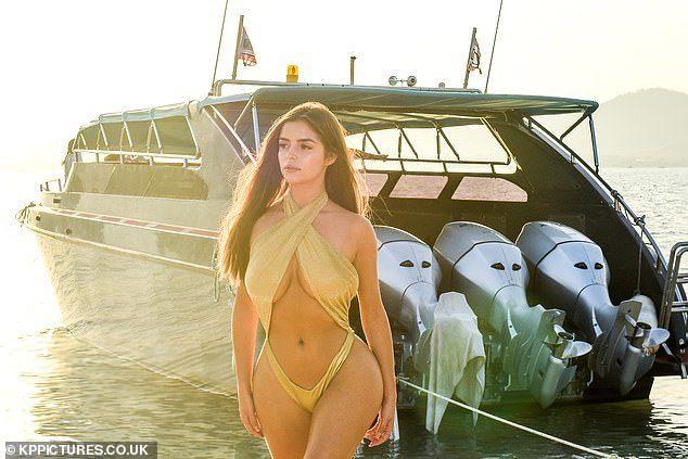 Cao mét rưỡi, Demi Rose vẫn gây choáng với bikini cắt xẻ táo bạo - Người đẹp