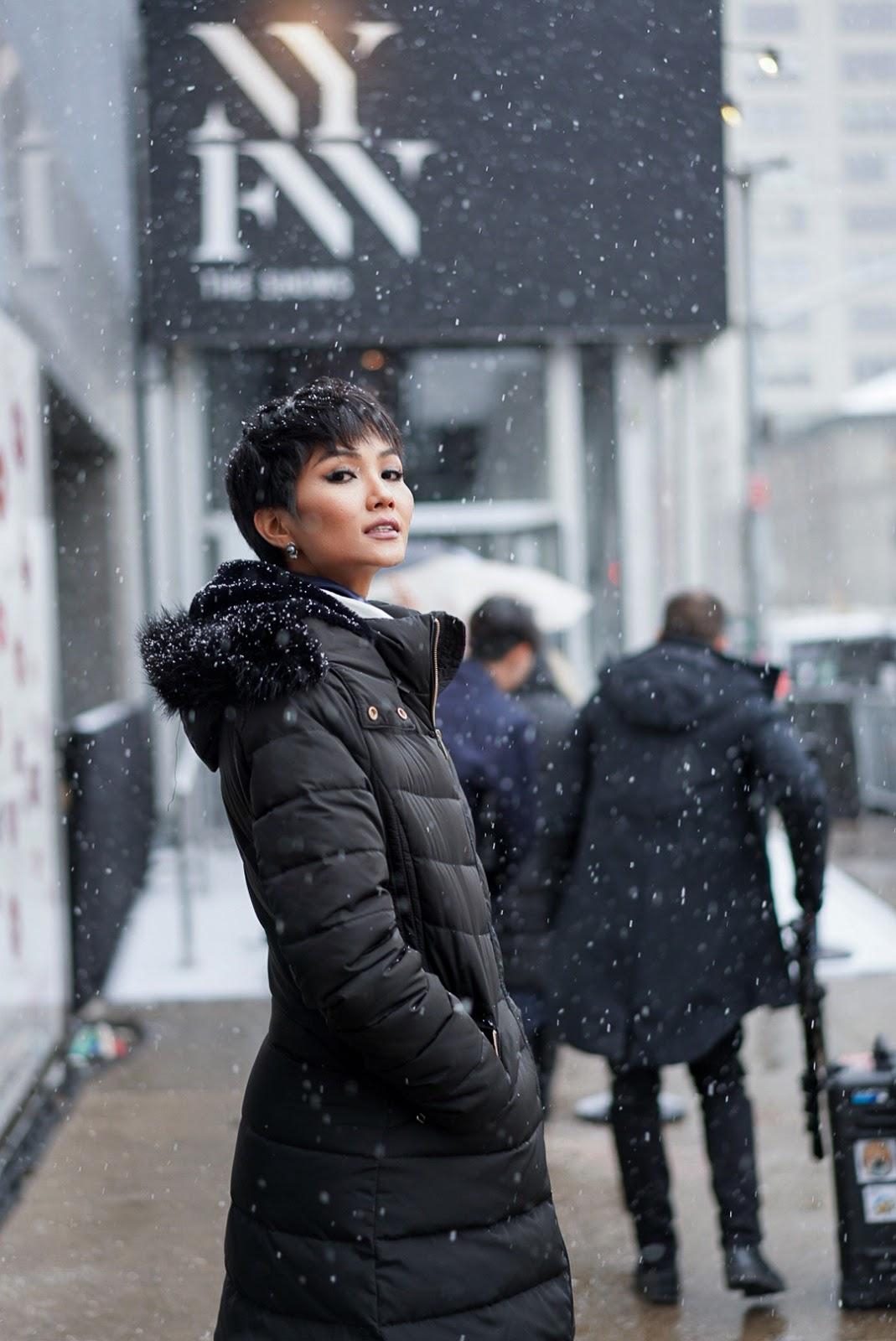 H'Hen Niê thần thái ngút ngàn, ôm Catriona Gray giữa trời New York đầy tuyết - Hình 2