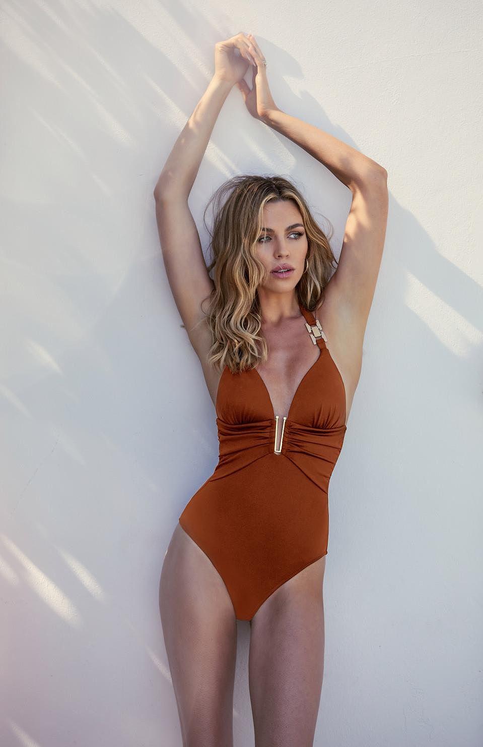 Abbey Clancy tung ảnh bikini khoe đường cong chuẩn từng centimet - Hình 11