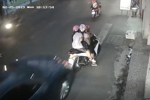Dừng xe bên lề đường để nghe điện thoại, 3 mẹ con bị ô tô hất tung - Hình 2