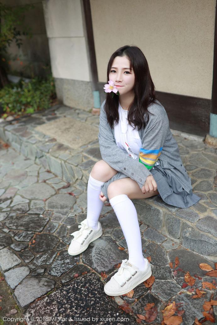 Lạ lùng với phong cách học đường nửa kín nửa hở của hot girl Xu Cake - Hình 32