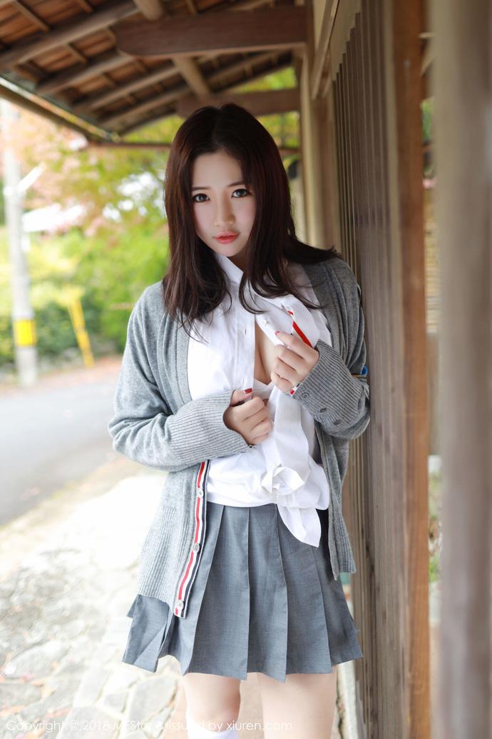Lạ lùng với phong cách học đường nửa kín nửa hở của hot girl Xu Cake - Hình 3