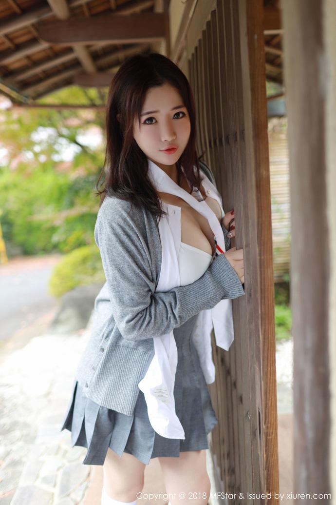 Lạ lùng với phong cách học đường nửa kín nửa hở của hot girl Xu Cake - Hình 4