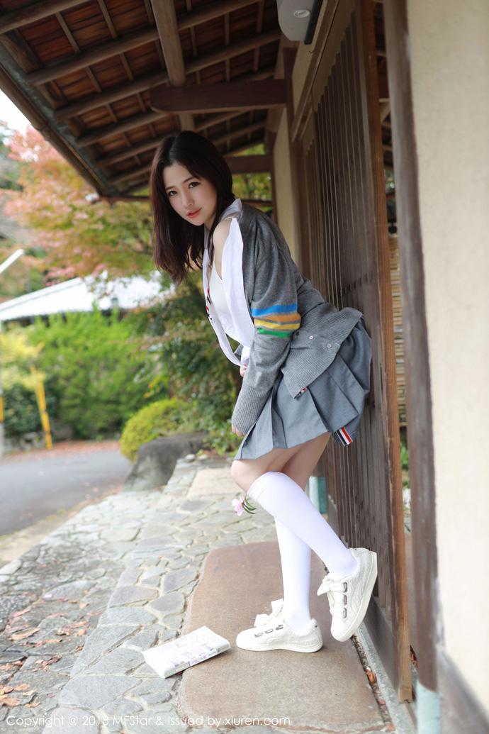 Lạ lùng với phong cách học đường nửa kín nửa hở của hot girl Xu Cake - Hình 8