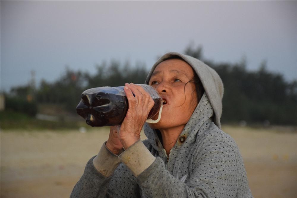 Ngư dân Quảng Ngãi khuấy lòng biển cào những con ốc gạo đủ màu sắc - Hình 7