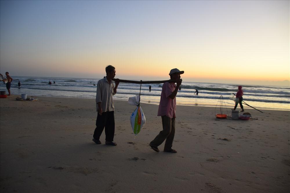 Ngư dân Quảng Ngãi khuấy lòng biển cào những con ốc gạo đủ màu sắc - Hình 6