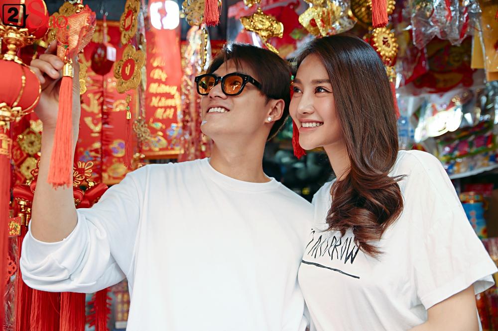 Ngắm Linh Chi - Lâm Vinh Hải tình tứ đi chợ Tết, ai cũng mong cặp đôi sớm báo hỷ trong năm mới Kỷ Hợi - Hình 5
